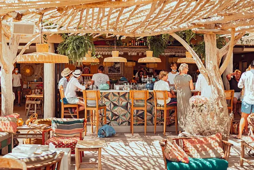 beach-bars-st-tropez-bambou-cabane-min
