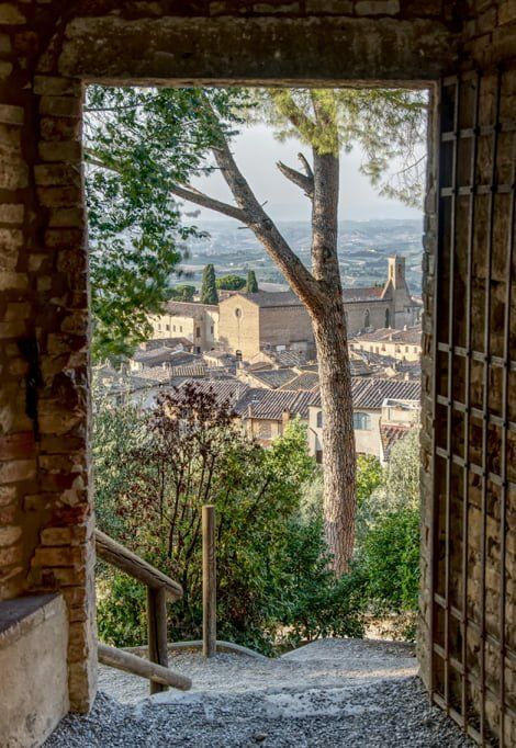 best-places-to-visit-in-Italy-in-summer-san-gimignano-min