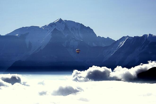 family-ski-holidays-hot-air-balloon