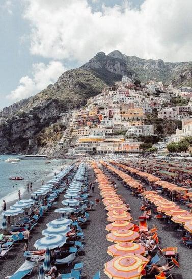 guide-amalfi-coast-umbrellas-beach