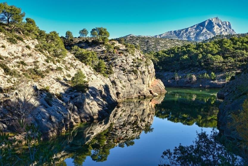 provence-in-winter-sainte-victoire-lake-min
