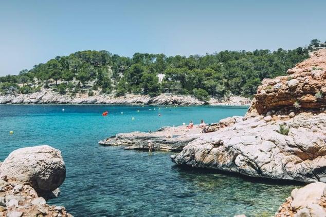 top-10-most-beautiful-beaches-in-ibiza-rocks