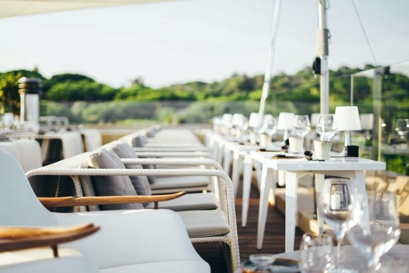 what-to-see-in-st-tropez-restaurant-min