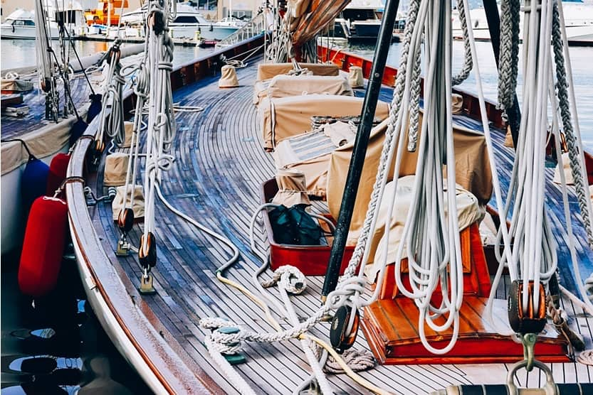 what-to-see-in-st-tropez-sailing-min